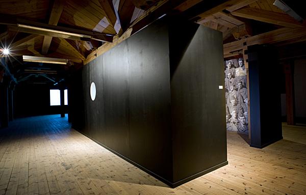 """""""Pappa ! Var är du?"""" - titeln på det verk jag deltog med i Havremagasinet i Boden 2010 där temarubriken löd """"Ryssen kommer"""". Om rädsla, främlingsskap och konsten som fredsbevarare. Här är rummet färdigt. Ytterväggarna målade och det inre tapetserat med utskrifter av uppförstorat foto från 1949 där bl.a. min far finns med. Foto: Anders Alm."""